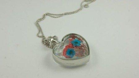 Wisiorek w kształcie serca z kwiatami W125